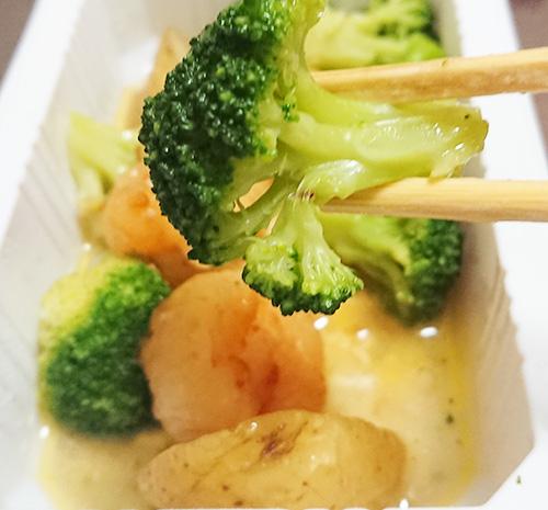 「海老と野菜のアヒージョ風」のブロッコリーのアップ写真