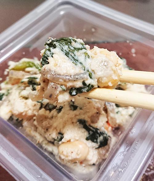 「小松菜としめじの白和え」を箸で持ち上げたアップ写真