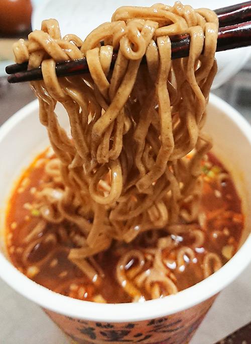「シビ辛ラー油肉蕎麦」の麺をすくった写真