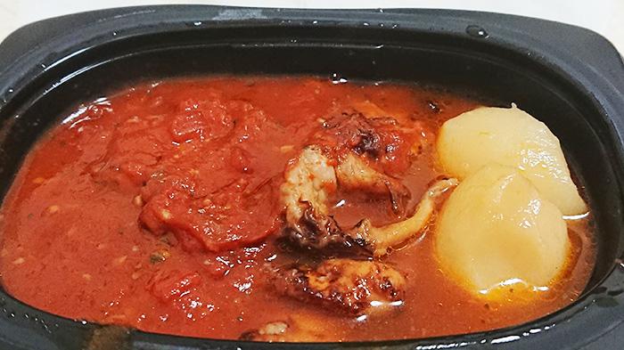 「鶏肉のガーリックトマト煮」を温めてフタを取った写真