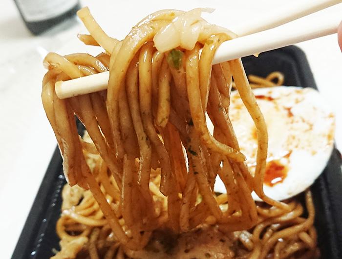 麺を箸で持ち上げてアップで撮った写真