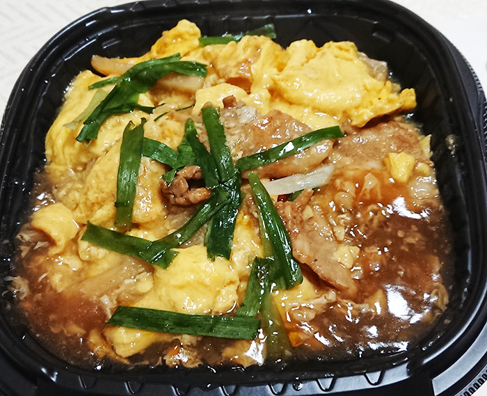 「ピリ辛ニラ玉丼」のフタを取った写真