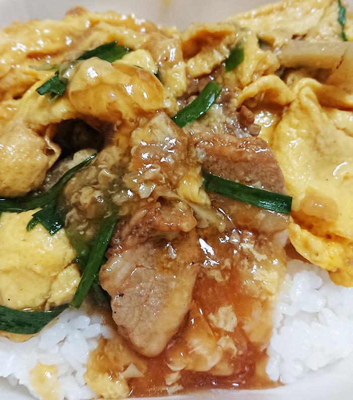 「ピリ辛ニラ玉丼」の具材をご飯にかけた写真