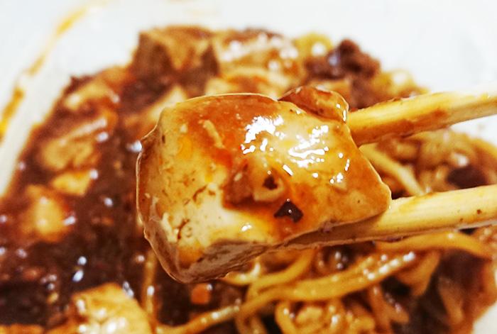 「旨辛仕立て!四川風麻婆豆腐焼そば」の豆腐をアップして撮った写真