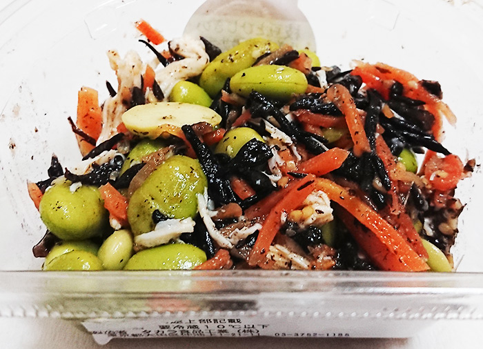 「枝豆とひじきの生姜風味鶏サラダ」のフタを取った写真