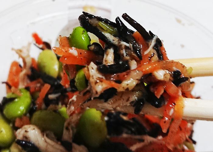 「枝豆とひじきの生姜風味鶏サラダ」を箸で持ち上げて撮った写真