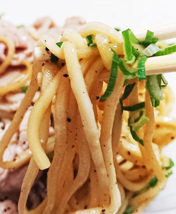 焼きそば麺を箸で持ち上げたアップ写真