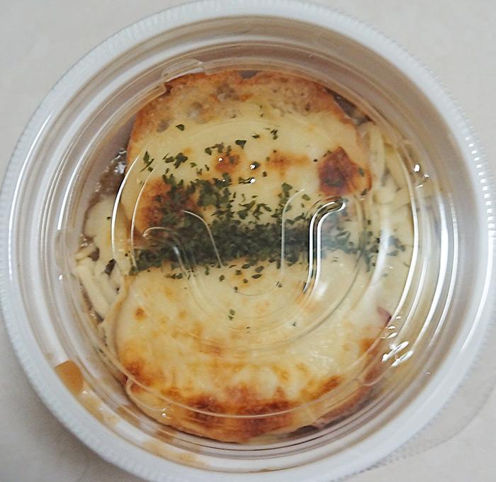「こんがりチーズのオニオンスープ」を上から撮った写真