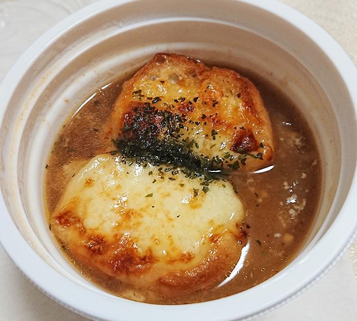 「こんがりチーズのオニオンスープ」を温めてフタを取った写真
