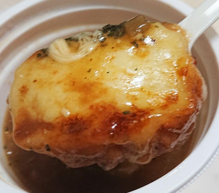 「こんがりチーズのオニオンスープ」のパンの部分