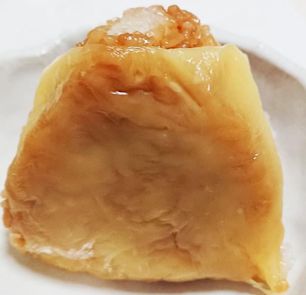 「チーズ焼おむすび」を温めて皿に乗せた写真