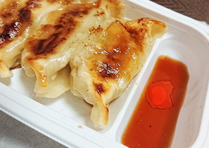 「お肉の旨味!ジューシー焼き餃子」に餃子のタレとラー油をいれた写真