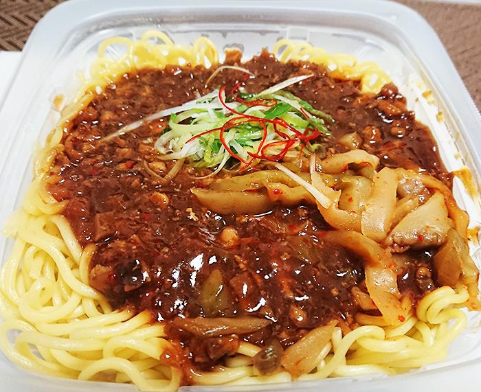 「ピリ辛肉味噌あんのジャージャー麺」を温めてフタを取った写真