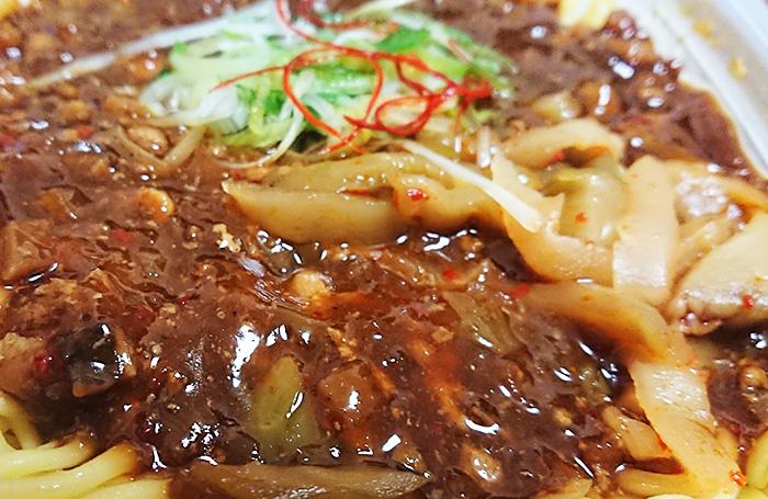 「ピリ辛肉味噌あんのジャージャー麺」のザーサイと肉味噌