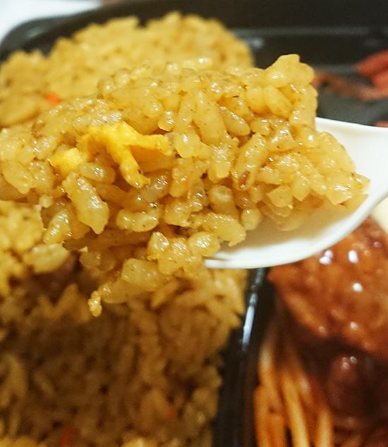 「まんぷく!カレー炒飯&チキン南蛮」のカレー炒飯をスプーンですくった写真
