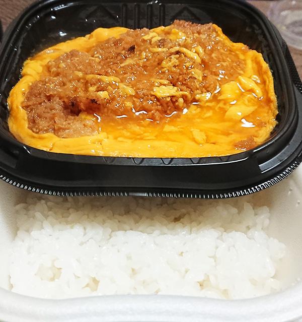 「お肉たっぷり!特製ロースかつ丼」をレンジでチンしたご飯とカツ丼の写真