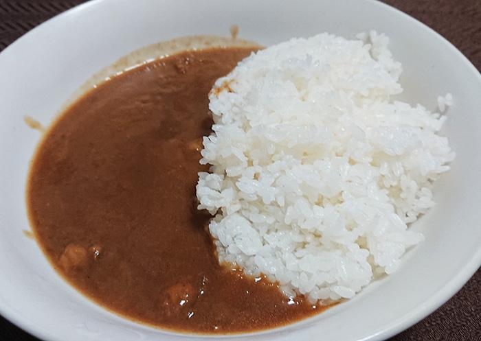 お皿に「くまもと荒尾梨カレー」とご飯を入れた写真