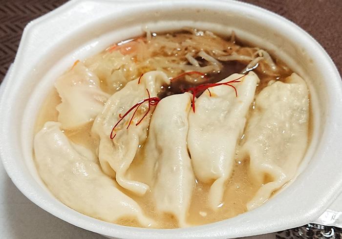 「まんぷく!W白湯の餃子スープ」を温めてフタを取った写真