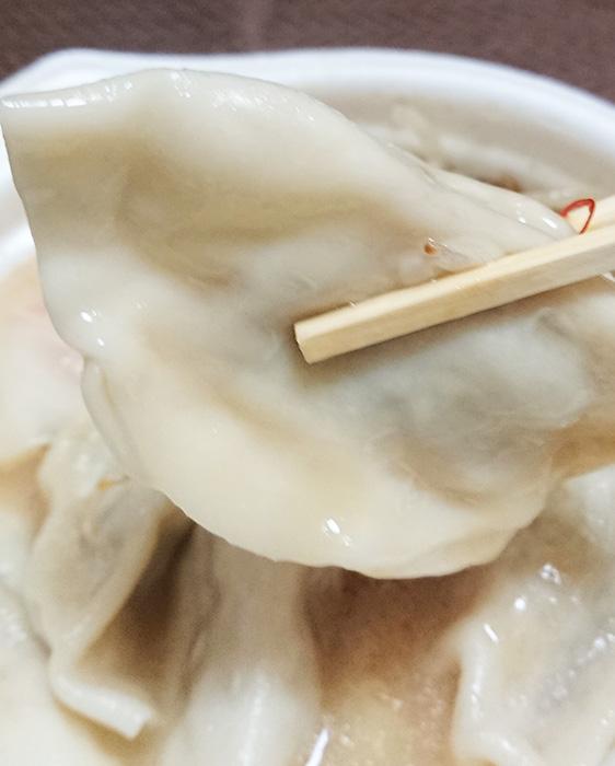 「まんぷく!W白湯の餃子スープ」の餃子を箸でつまんで撮った写真