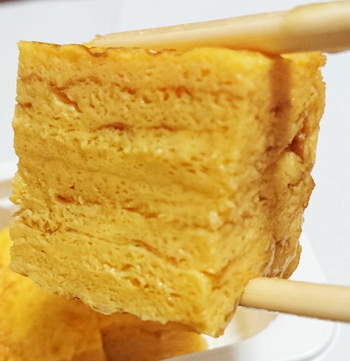 卵焼きを箸で持ち上げてアップで撮った写真