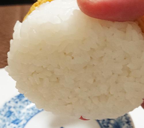 「おむすびどんぶり 特性かつ丼」の裏側のご飯