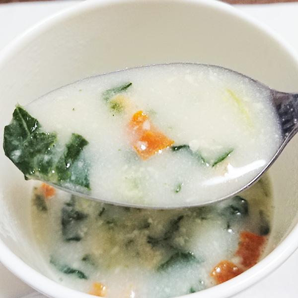 「鶏肉とほうれん草のクリームシチュー」のスープをスプーンですくった写真