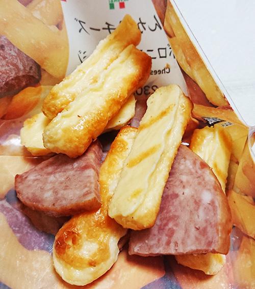 「こんがりチーズ&ボロニアソーセージ」の袋を開けて中を撮った写真