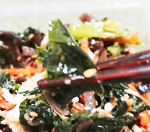 「小松菜と国産ケールのナムルサラダ」に入っているケールの写真