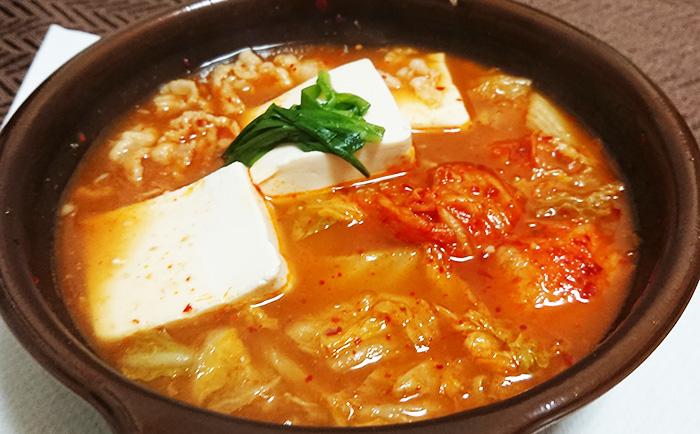 「1/2日分の野菜!コク旨キムチ鍋」を温めてフタを取った写真