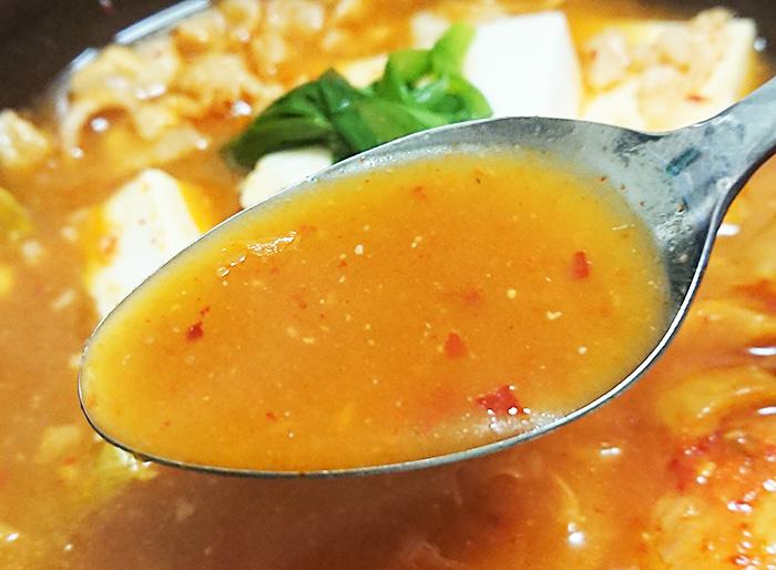 「1/2日分の野菜!コク旨キムチ鍋」のスープをスプーンですくって撮った写真