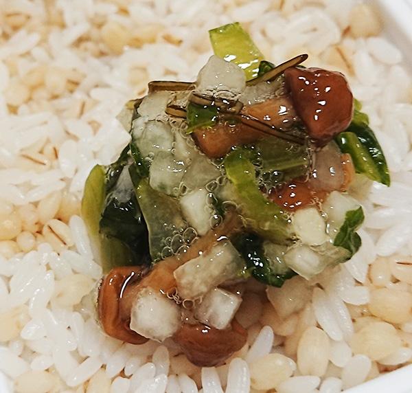 「蔵王菜なめこ」をご飯の上に乗っけた写真