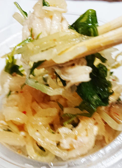 「蒸し鶏とたっぷり!ザーサイ(胡麻油風味)」を箸でつまんで撮った写真