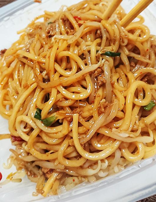「旨辛!台湾焼そば」の肉味噌を麺に混ぜた写真