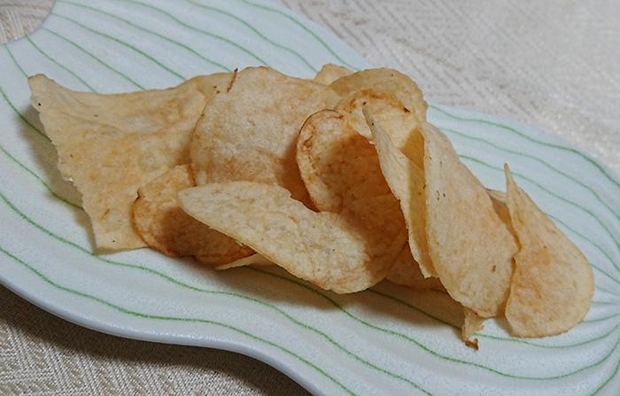 「ポテトチップス 丸大豆しょうゆ味」をお皿に移して撮った写真
