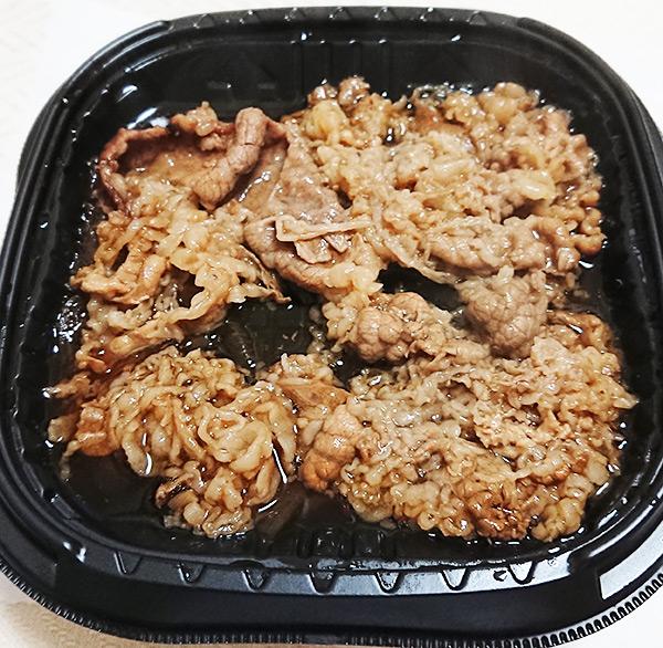 セブンイレブンの「特製牛丼」を温めてフタを取った写真