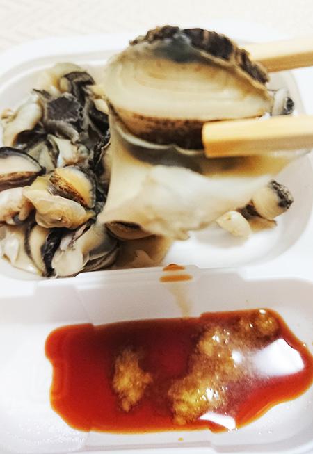 「あかにし貝」を箸でつまみ上げた写真
