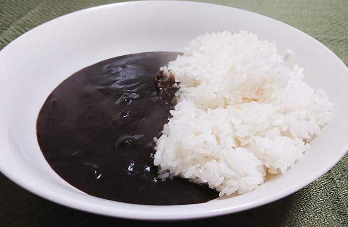 『富山ブラックカレー』を温めてご飯にかけた写真