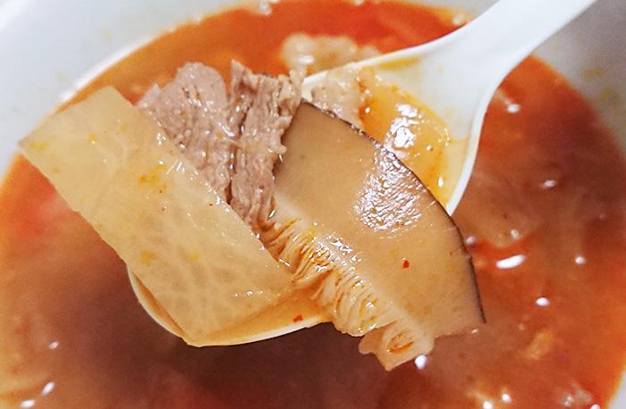 「コクと辛味が決め手牛カルビスープ」に入っている大根と椎茸と肉