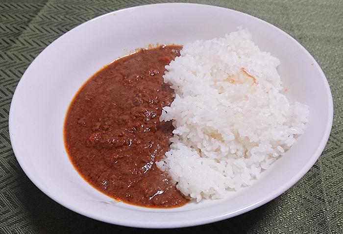 『肉味噌カレー』をご飯にかけた写真