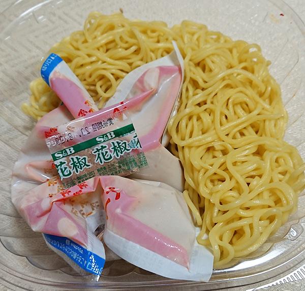 「花椒の香り!冷し肉味噌担々麺」の麺とゴマスープの袋と花椒の入った袋