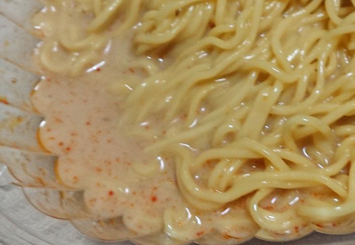 麺にゴマスープを入れたところ