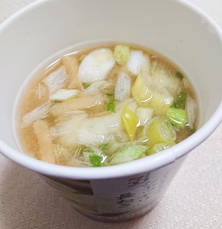「カップみそ汁 長ねぎ」にお湯をいれた完成写真