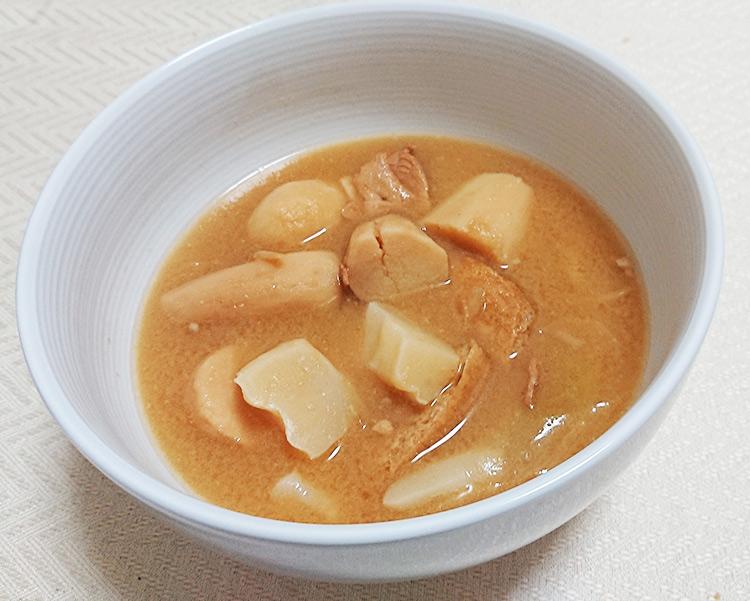 「山形の芋煮庄内版味噌味」を温めてお皿にいれた写真
