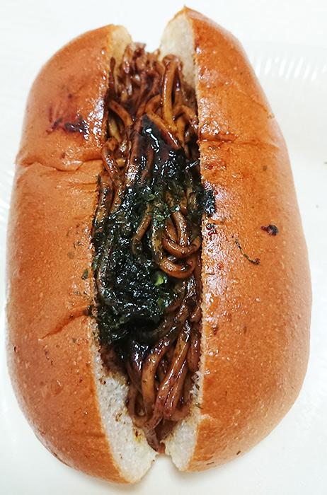 「焼そばパン(日清焼そばU.F.O.ソース味)」を袋から出した写真