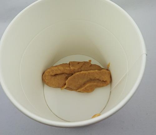 カップに調味味噌を入れる