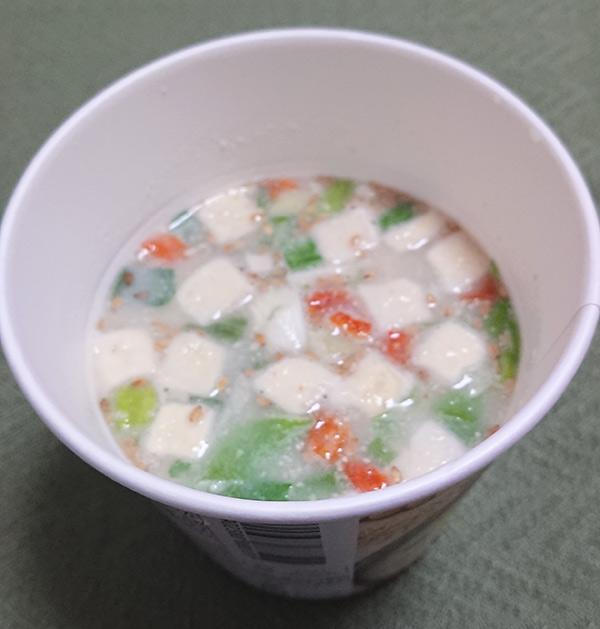 「ごま豆乳スープ」にお湯を入れた写真