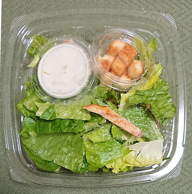 「ロメインレタスのシーザーサラダ」のフタを開けた写真