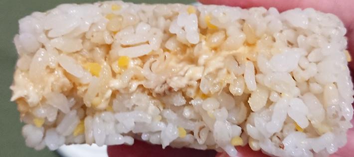 「五穀ごはんおむすび ツナマヨネーズ」を半分に割った写真