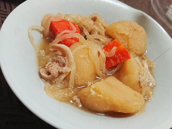 『北海道産男爵芋の肉じゃが』を温めて皿に入れた写真