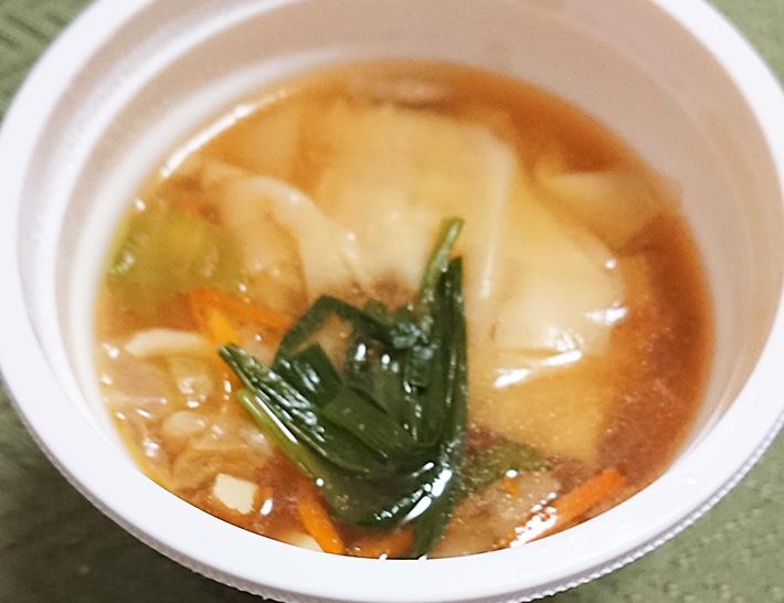 「野菜と一緒にワンタンスープ」を温めてフタを取った写真